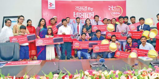 Bashundhara Group Director Yeasha Sobhan poses for a photo with winners of a scratch card offer launched by Bashundhara Tissue at Bashundhara Industrial Headquarters-2 in the capital on Sunday.